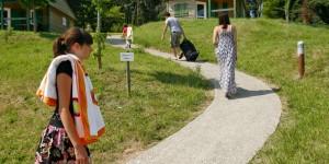 Les chalets proposaient dans le camping international Roche Murat de Saint-Flour sont idéals pour passer des vacances proche de la nature avec tout le confort d'une maison.